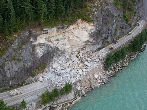 2008 rock fall on the Sea to Sky highway. Image credits: SFU archives